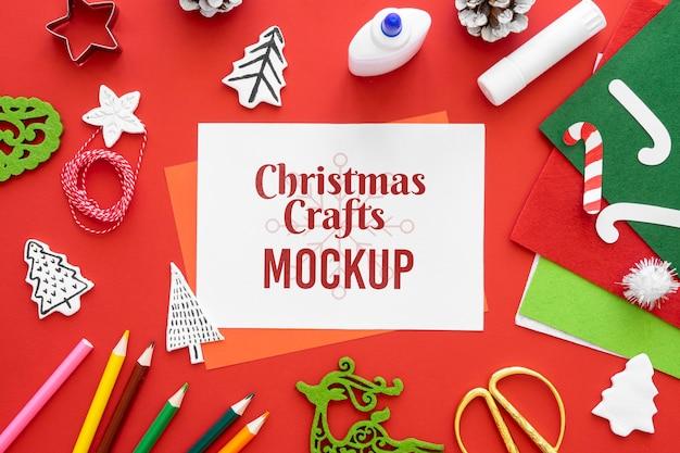 Bovenaanzicht van kerstambachten met kleurpotloden en papier