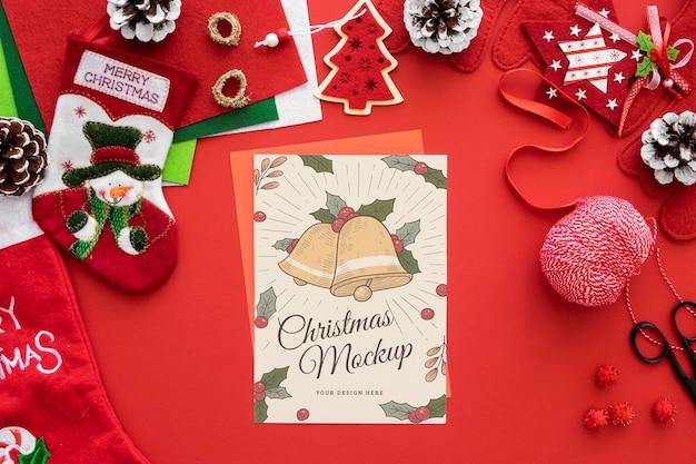 Bovenaanzicht van kerstambachten met papier en ornamenten