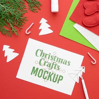 Bovenaanzicht van kerstambachten met papier en tak