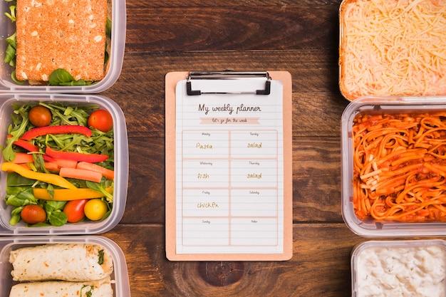 Bovenaanzicht van kladblok met geplande maaltijden