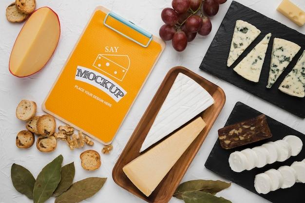 Bovenaanzicht van kladblok met kaas en walnoten