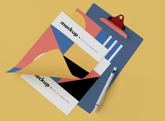 Bovenaanzicht van kladblok met papier en geometrische vormen
