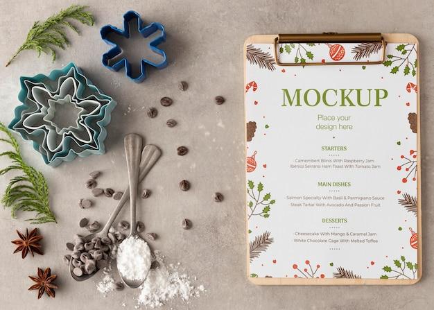Bovenaanzicht van klembord met sneeuwvlokvorm en chocoladeschilfers