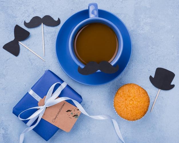 Bovenaanzicht van koffie en cadeau voor vaderdag