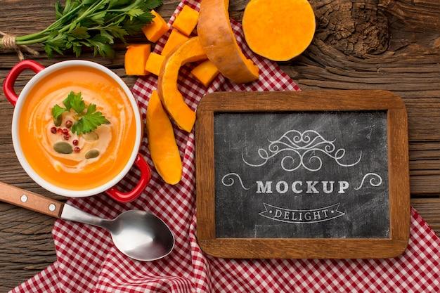 Bovenaanzicht van kom groentesoep met schoolbord