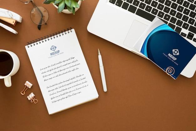 Bovenaanzicht van laptop met koffie en notebook voor de dag van de leraar