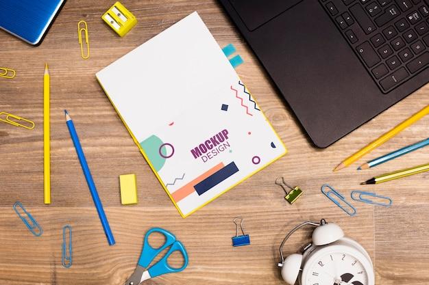 Bovenaanzicht van laptop met notebook en kantoorbenodigdheden