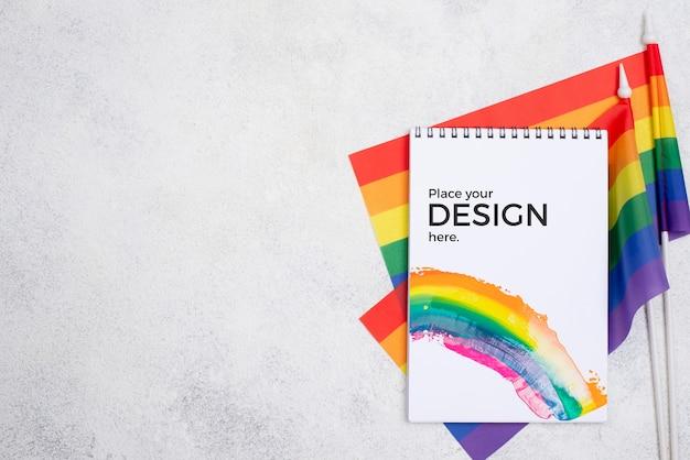 Bovenaanzicht van laptop met regenboogvlaggen