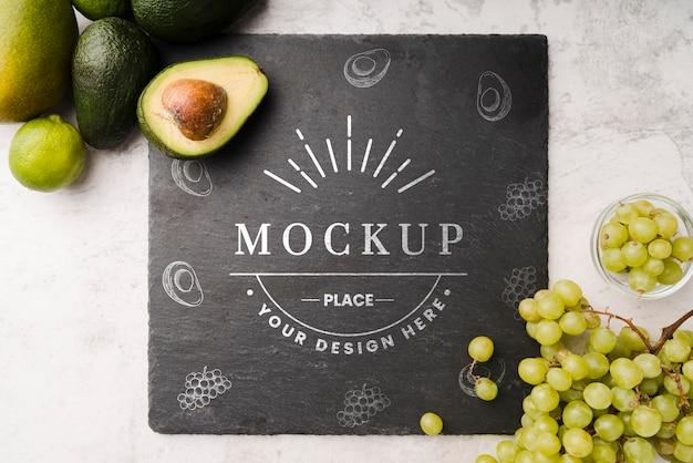 Bovenaanzicht van leisteen met avocado en druiven