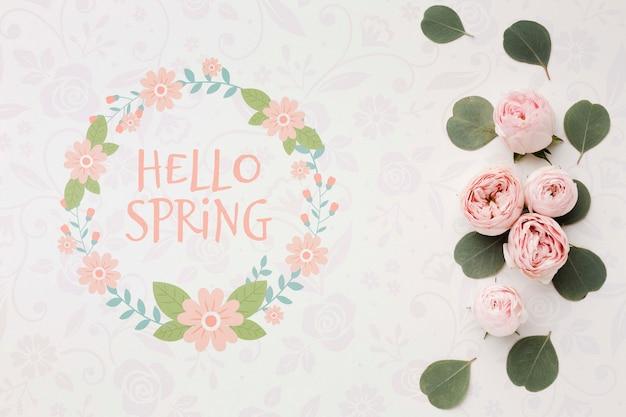 Bovenaanzicht van lente rozen en bladeren