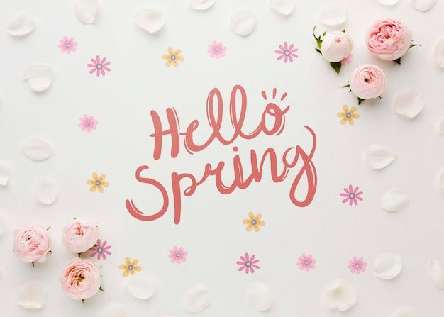 Bovenaanzicht van lente rozen en bloemblaadjes