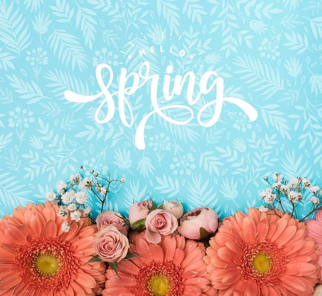 Bovenaanzicht van lente rozen en gerbera