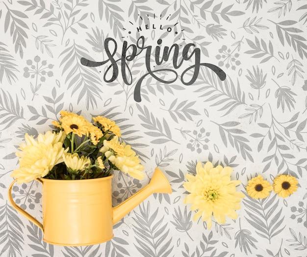 Bovenaanzicht van lentebloemen in gieter