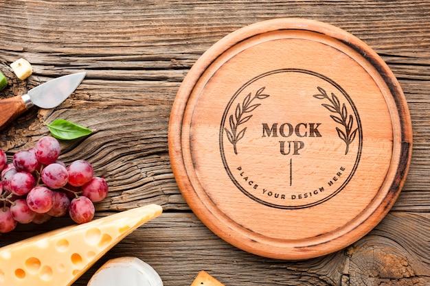 Bovenaanzicht van lokaal geteelde kaas met druivenmodel