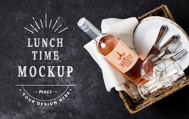 Bovenaanzicht van mand met wijn en glazen voor picknick