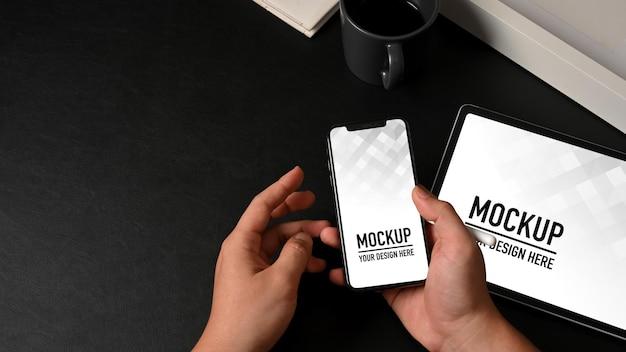 Bovenaanzicht van mannelijke handen met smartphone mockup