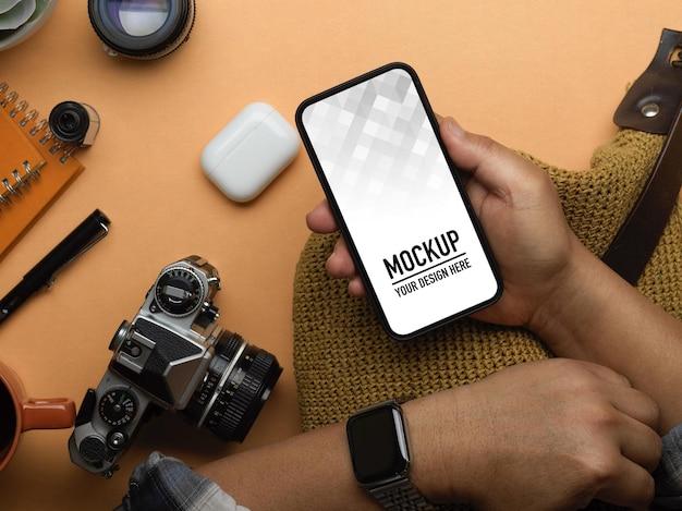 Bovenaanzicht van mannenhand met smartphone mockup