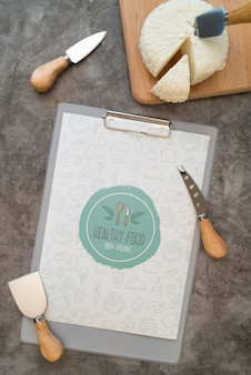 Bovenaanzicht van menu met kaas en keukengerei