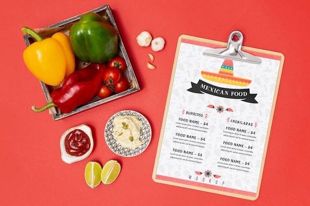 Bovenaanzicht van mexicaans restaurant eten met paprika en blocnote