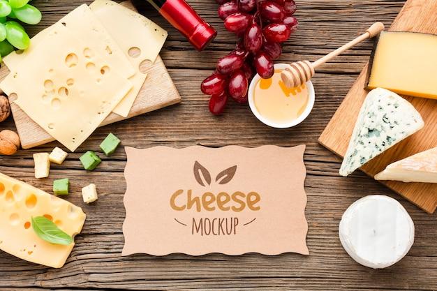 Bovenaanzicht van mock-up assortiment van lokaal geteelde kaas met druiven en wijn