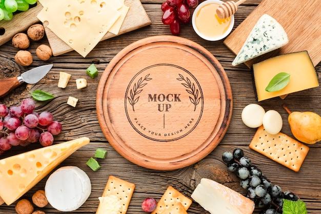 Bovenaanzicht van mock-up assortiment van lokaal geteelde kaas met druiven