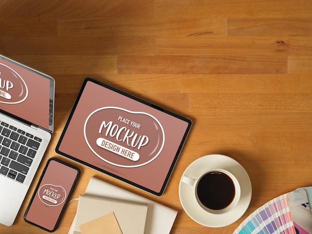 Bovenaanzicht van mock-up digitale apparaten met laptop, tablet en smartphone op houten werktafel