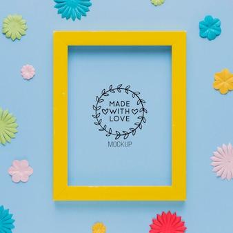 Bovenaanzicht van mock-up frame met met kleurrijke papieren decoraties