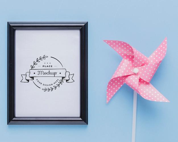 Bovenaanzicht van mock-up frame met roze decoratie