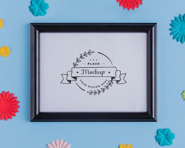 Bovenaanzicht van mock-up frame met veelkleurige papieren decoratie
