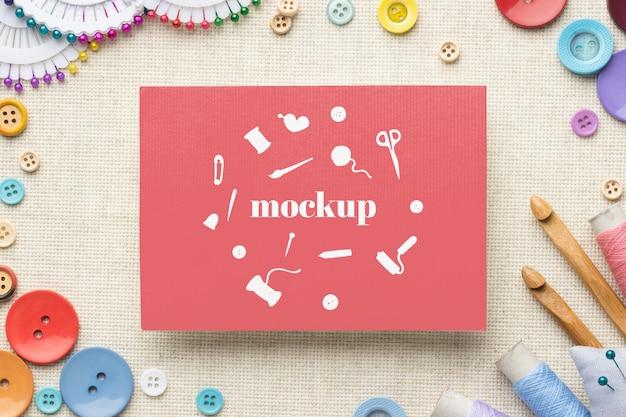 Bovenaanzicht van mock-up frame-ontwerp met naai-essentials