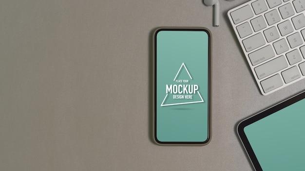 Bovenaanzicht van mock-up smartphone, tablet, toetsenbord, oortelefoon en kopie ruimte op werktafel