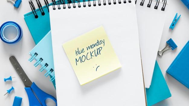 Bovenaanzicht van mock-up voor blauwe maandag-notebooks