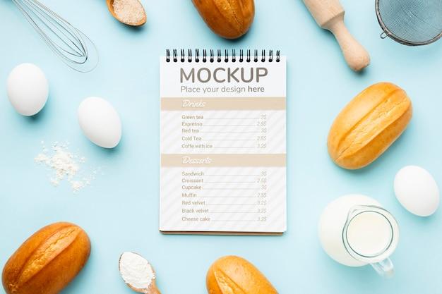 Bovenaanzicht van notebook met brood en deegroller