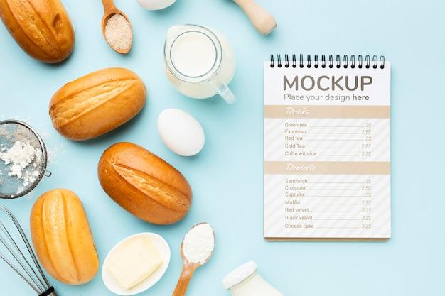 Bovenaanzicht van notebook met brood en ingrediënten