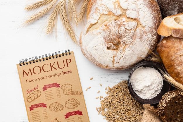 Bovenaanzicht van notebook met brood en tarwe