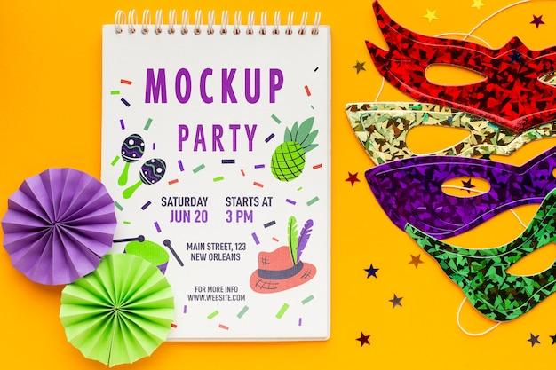 Bovenaanzicht van notebook met carnaval maskers