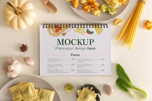 Bovenaanzicht van notebook met groenten en pasta