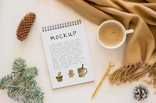 Bovenaanzicht van notebook met koffie en dennenappels