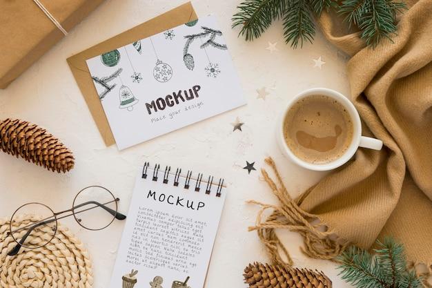 Bovenaanzicht van notebook met sjaal en koffie