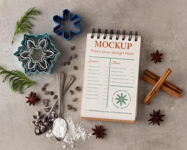 Bovenaanzicht van notebook met sneeuwvlokvormen en kaneel