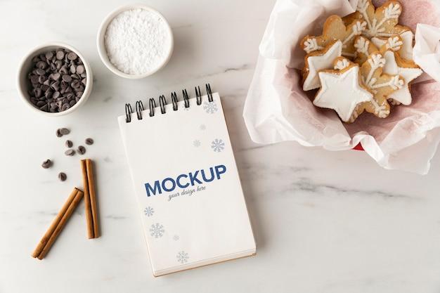 Bovenaanzicht van notebook met ster cookies en chocoladeschilfers