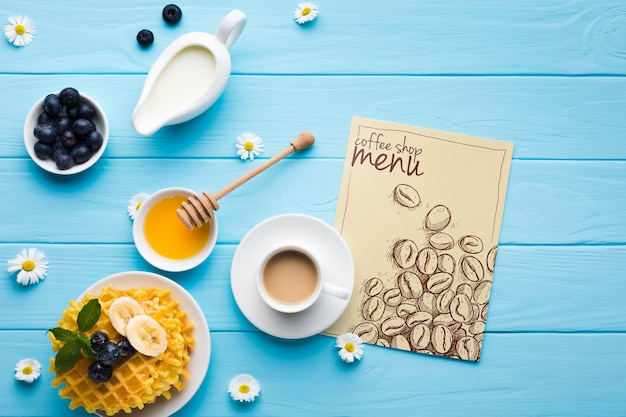 Bovenaanzicht van ontbijt eten met wafels en koffie