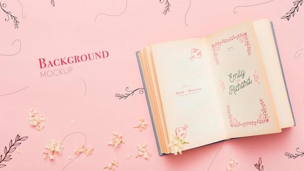 Bovenaanzicht van open boek en bloemen