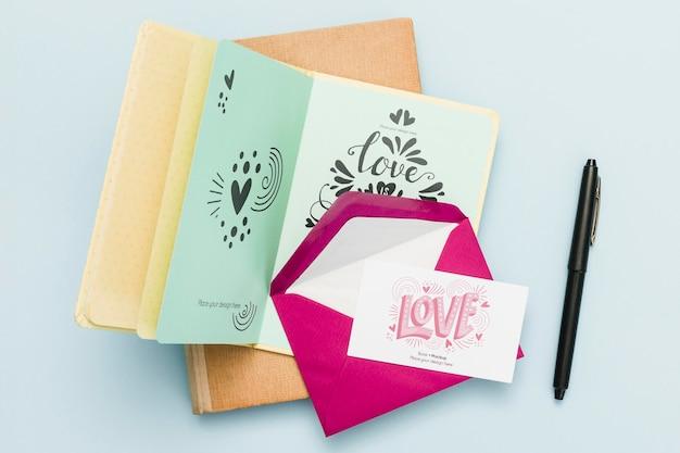 Bovenaanzicht van open boek met envelop en kaart