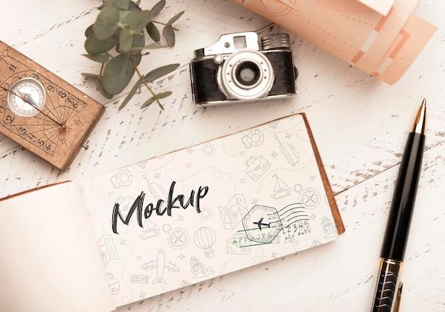 Bovenaanzicht van papier met kompas en camera voor op reis