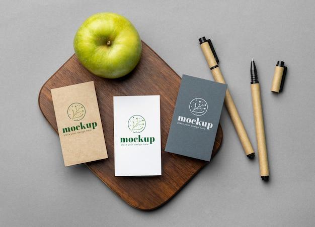 Bovenaanzicht van papieren briefpapier met appel en potloden