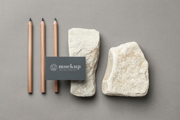 Bovenaanzicht van papieren briefpapier met stenen en potloden