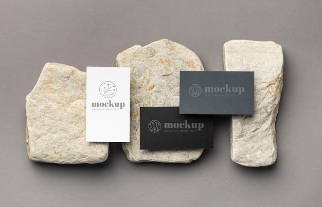 Bovenaanzicht van papieren briefpapier met stenen