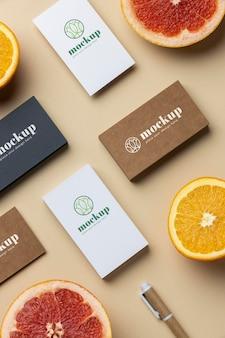 Bovenaanzicht van papieren briefpapier met verschillende citrusvruchten