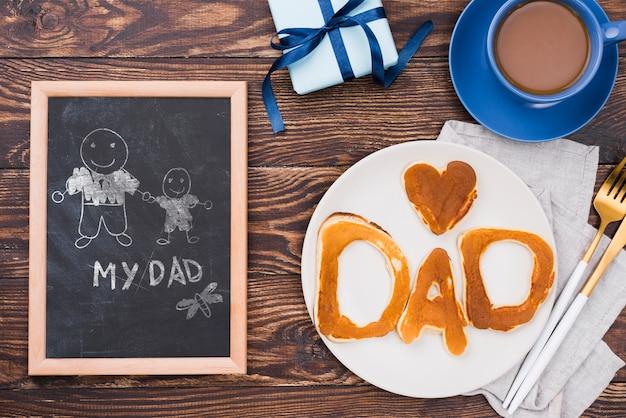 Bovenaanzicht van plaat met pannenkoeken en frame voor vaderdag